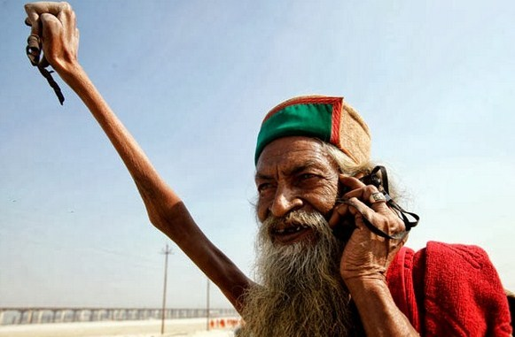 man_raised_arm_for_40_years_in_salute_for_world_peace1.jpg - 44.03 kB